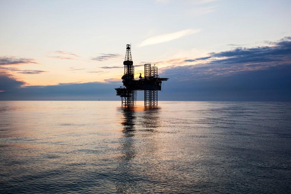 النفط ينزل عن قمة 8 أسابيع.. وبرنت يخسر 1% قرب 68 دولاراً
