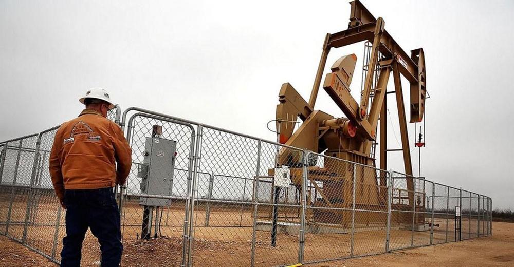 النفط يهبط ويتجه صوب خسارة أسبوعية وسط مخاوف بشأن فائض المعروض