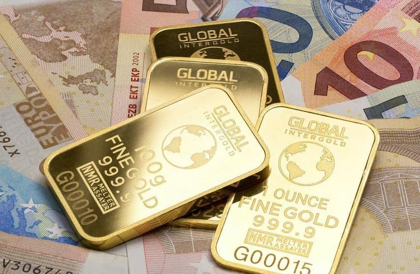 الذهب يهبط مع تعافي الدولار لكنه ينهي الأسبوع على مكاسب