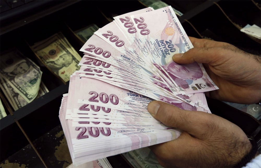 الليرة التركية تهبط إلى مستوى قياسي منخفض