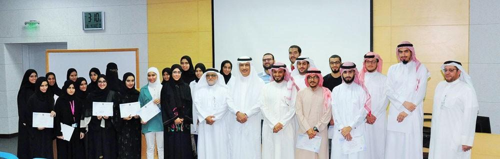 رئيس جامعة الخليج العربي يكرم المشاركين في مسابقة حفظ سورة مريم