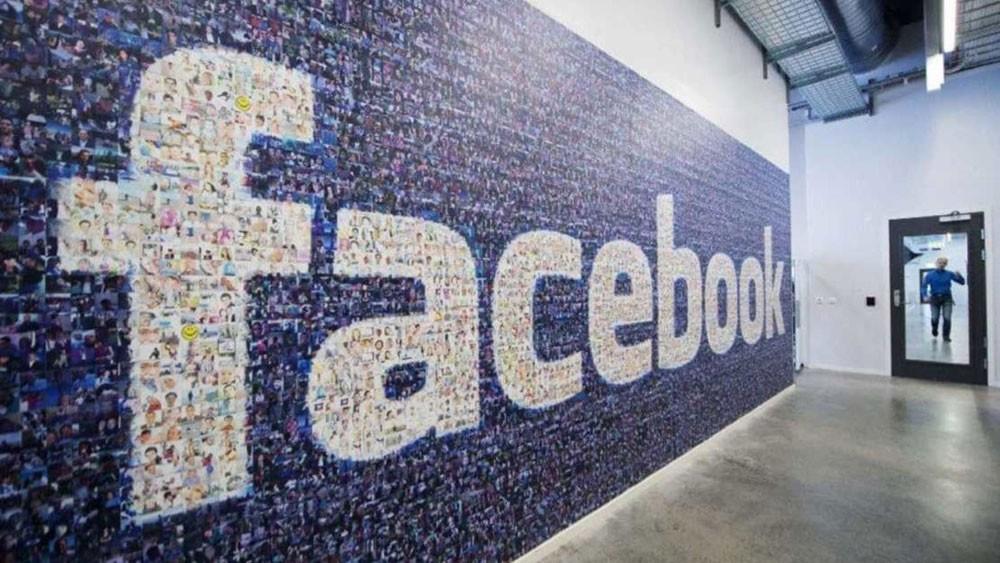 """مفاجأة.. فيسبوك """"عربي"""" لهواتف آيفون"""