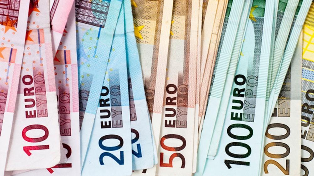 اليورو يهوي لمستويات منخفضة مع تثبيت الفائدة
