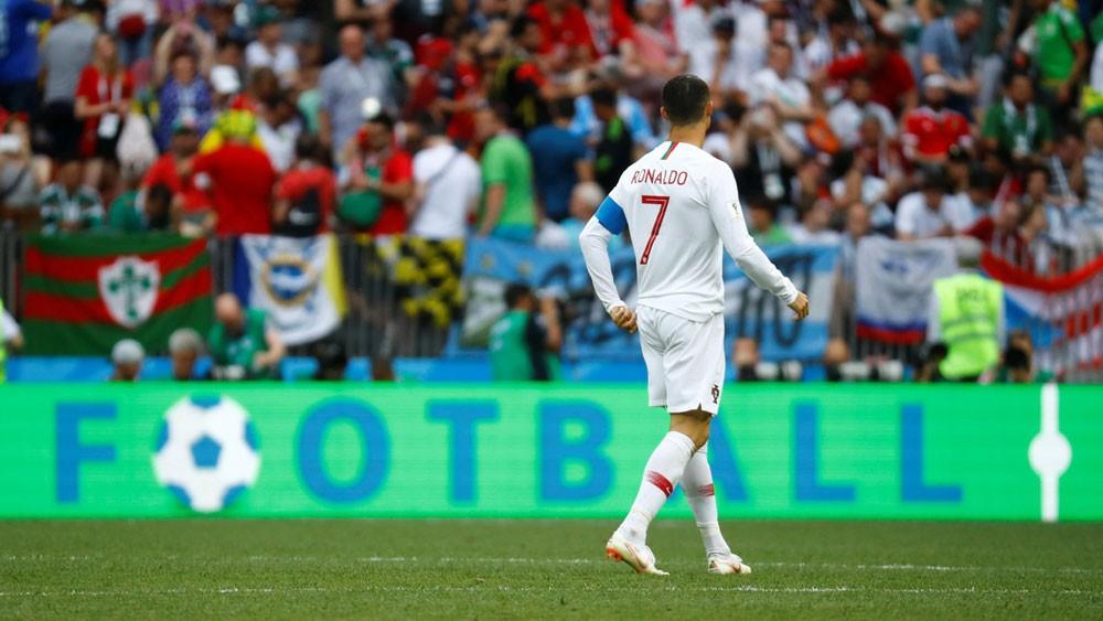 """جماهير المغرب تستفز رونالدو بـ""""هتافات"""" ميسي"""