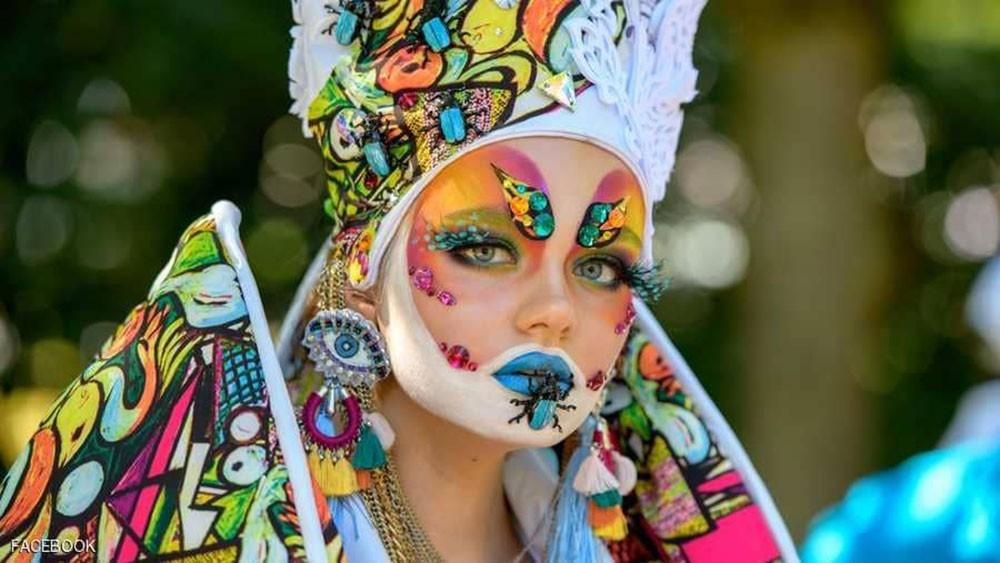 عارضة أزياء تحول جسدها إلى لوحة فنية لآلهة مصرية