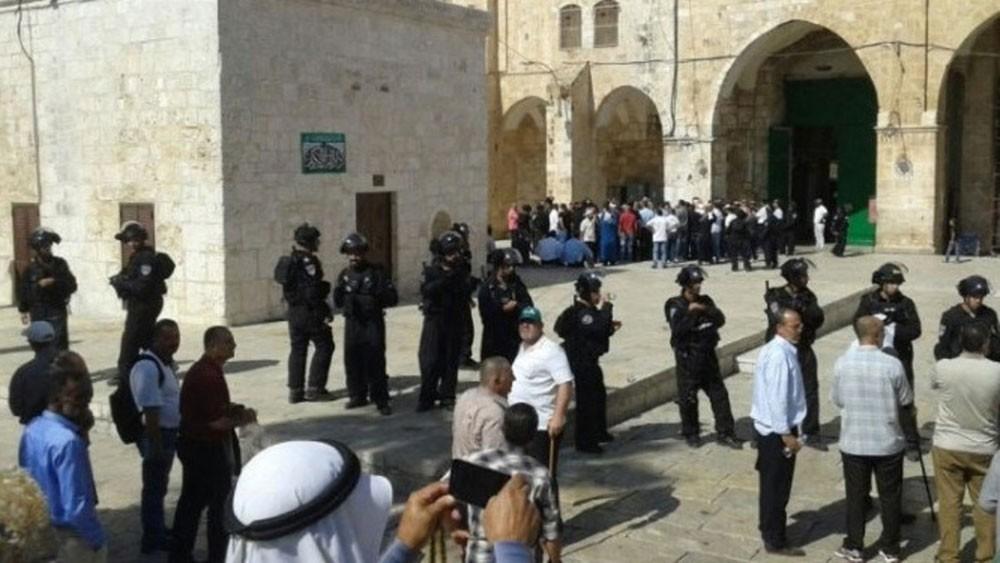 إسرائيل تطرد المصلين.. وتغلق أبواب المسجد الأقصى
