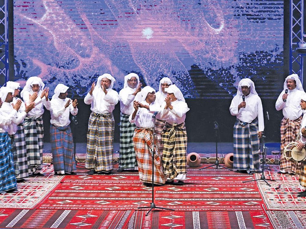 """فرقة """" قلالي الشعبية """" البحرينية تحي حفلا في الكويت"""