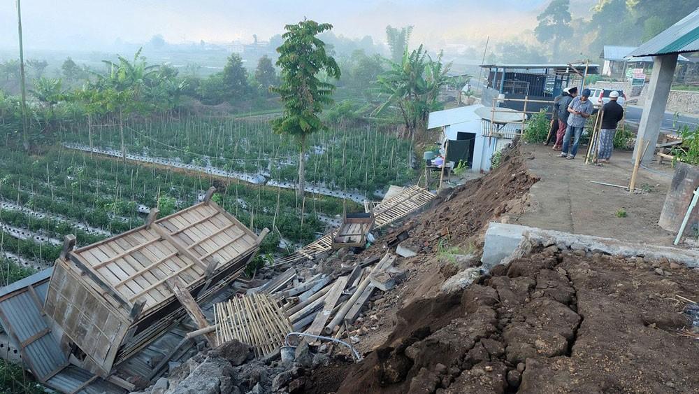 زلزال 7 درجات يضرب جزيرة إندونيسية.. وتحذير من تسونامي