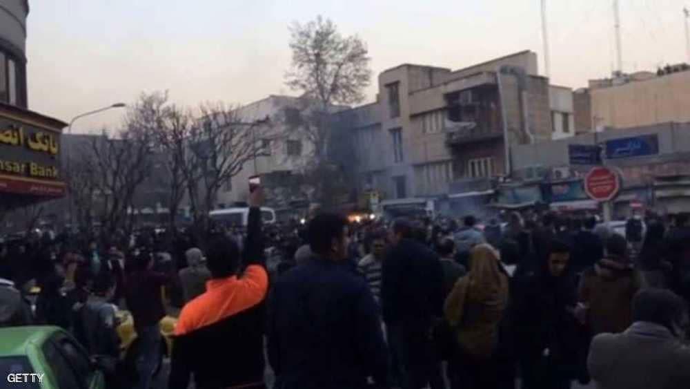 مع اقتراب العقوبات.. شرارة احتجاجات إيران تستعر