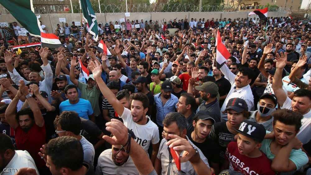 زعماء عشائر ورجال دين بين مئات المتظاهرين في البصرة