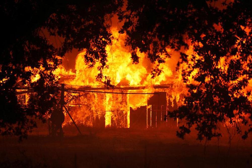 حريق مجمع ميندوسينو يوشك أن يصبح الأكبر في تاريخ كاليفورنيا الحديث