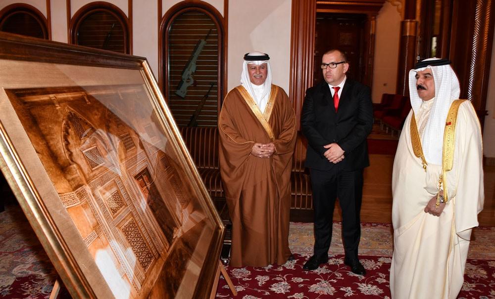 """جلالة الملك يثني على كتاب """"وجوه من البحرين"""""""