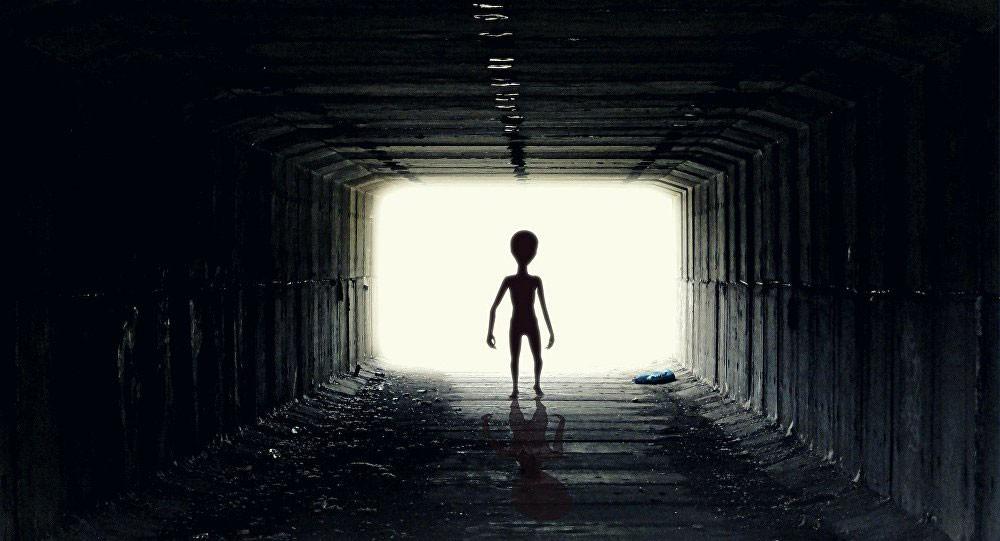 """رائد فضاء وكالة """"ناسا"""" يكشف عن اجتماع سري مع كائنات فضائية"""