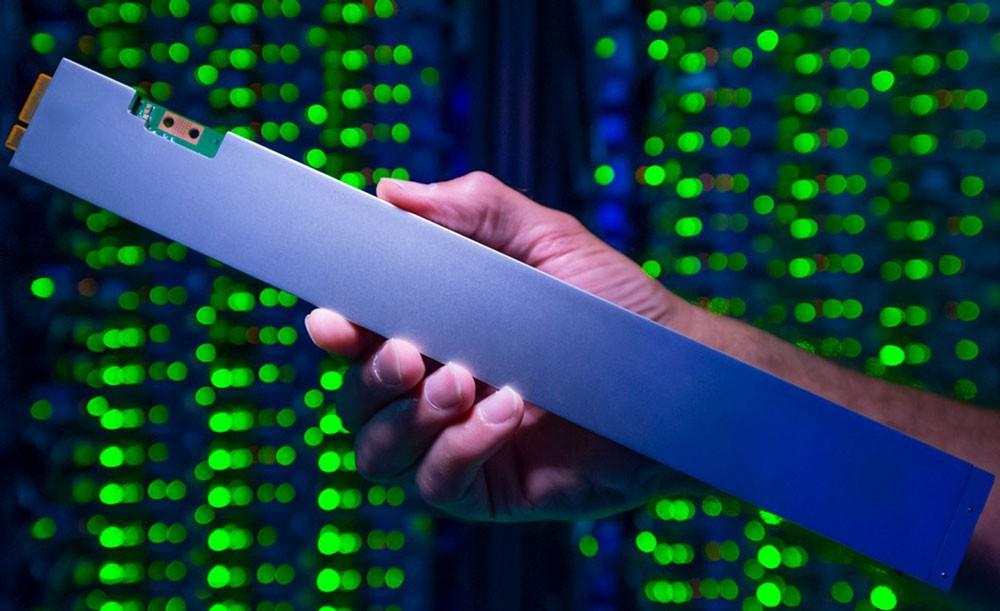 Intel تكشف عن أول ذاكرة SSD تخزينية على شكل مسطرة بحجم 32 تيرابايت