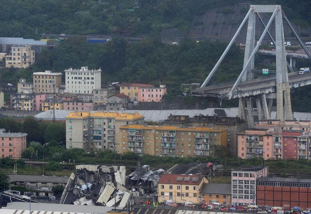 """إيطاليا.. 30 قتيلاً بانهيار """"مروع"""" لجسر في جنوة"""