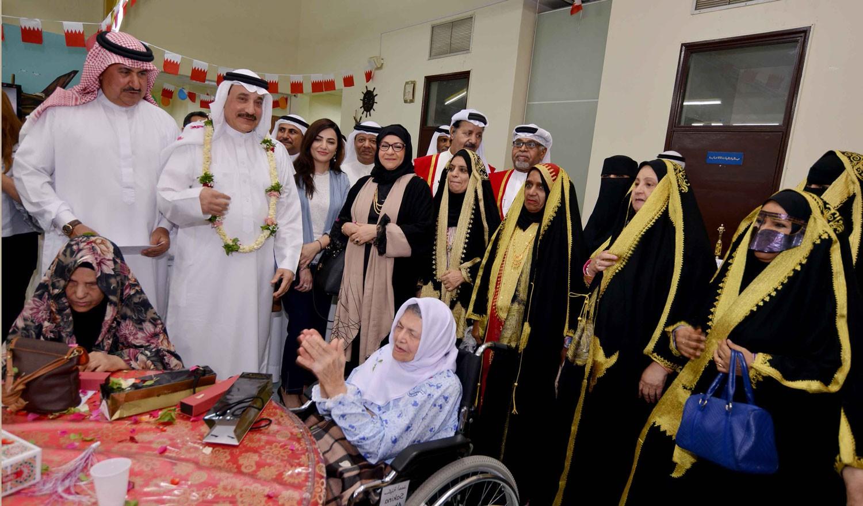 وزير العمل يشارك فرحة العيد نزلاء دار بنك البحرين للمسنين