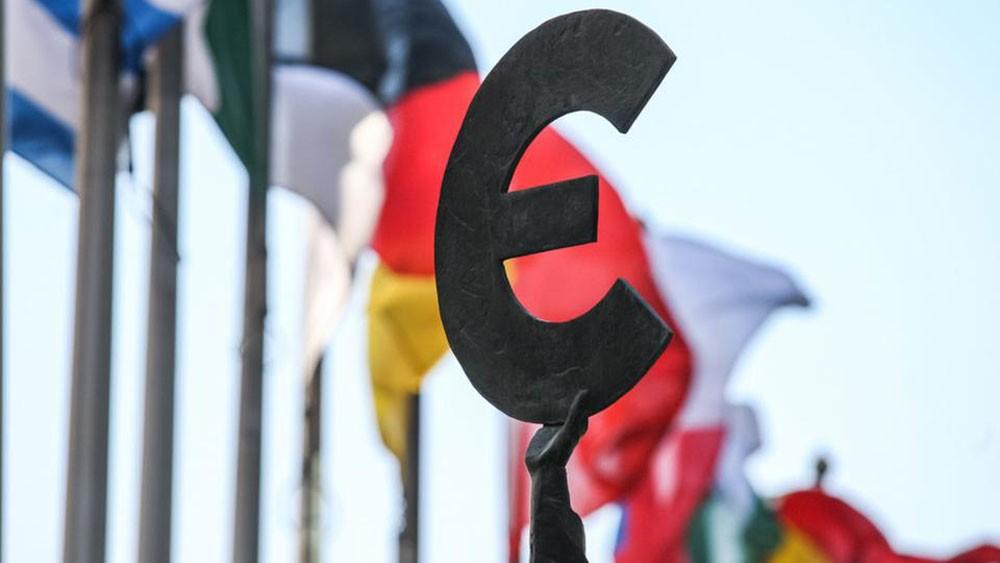نمو شركات منطقة اليورو يظل بطيئا مع إغلاق مصانع بالصيف