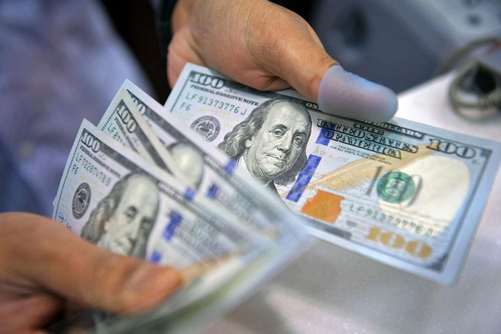 الدولار يستقر بعد تعليقات باول وآمال في اتفاقية نافتا