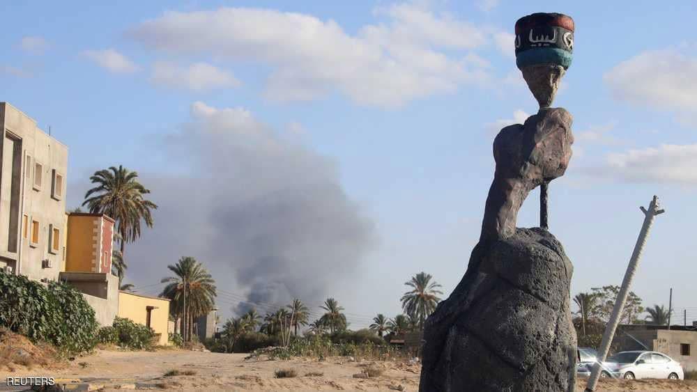 قذيفة توقع قتلى وجرحى في مخيم للنازحين بالعاصمة الليبية