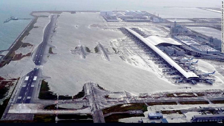 إعصار اليابان يقتل 10 ونقل سياح بقوارب من المطار