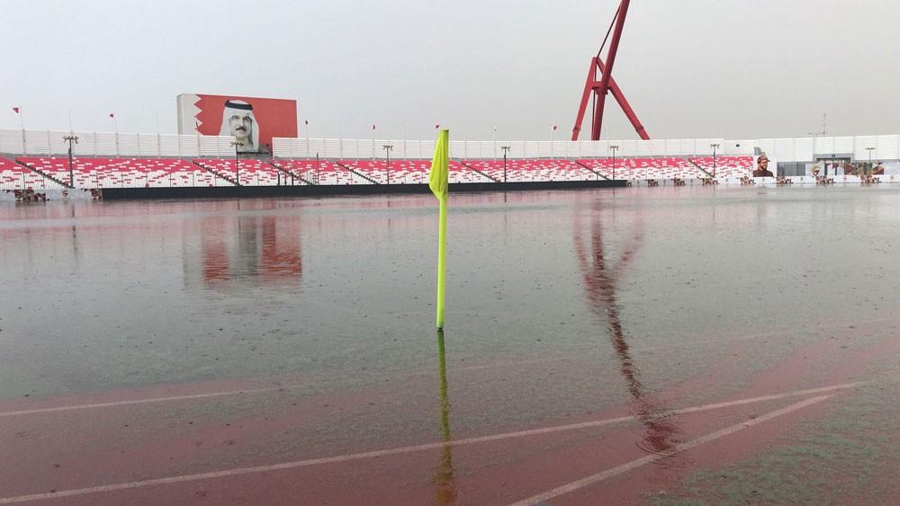 استاد البحرين الوطني مغموراً بمياه الأمطار (تصوير : محمد الدرازي)