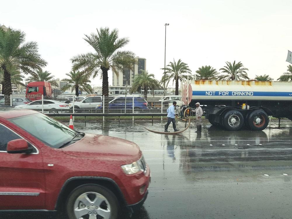 الاشغال: تواجد فرق الطوارئ في أماكن تجمع المياه استعداداً لسقوط الامطار