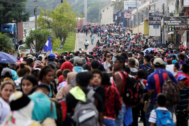 """قافلة المهاجرين تقترب.. وترامب يدرس """"خطة المنع"""""""