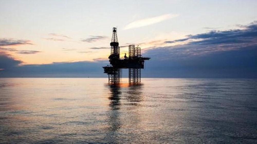 النفط يستقر في سوق هابطة مع ارتفاع الإمدادات وضعف الطلب