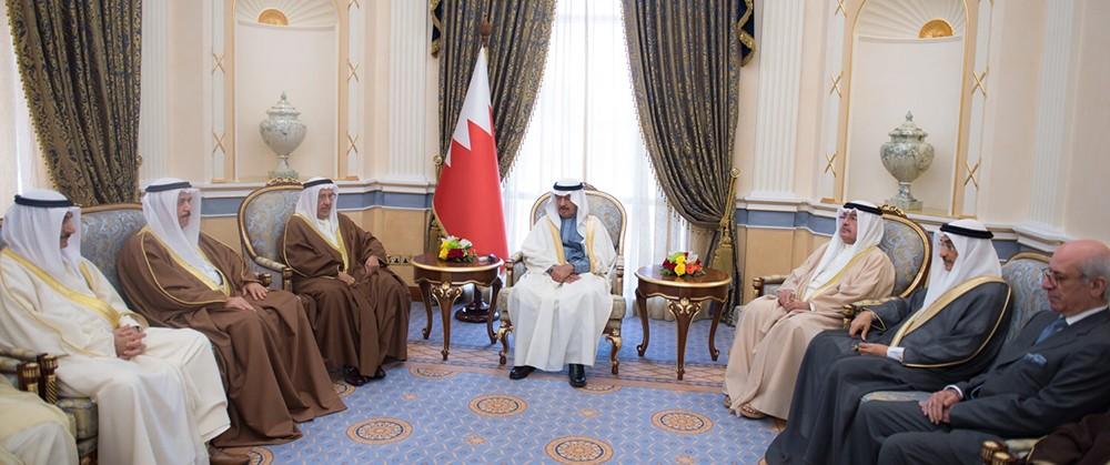 سمو رئيس الوزراء يستقبل عددا من أفراد العائلة المالكة الكريمة والمسؤولين