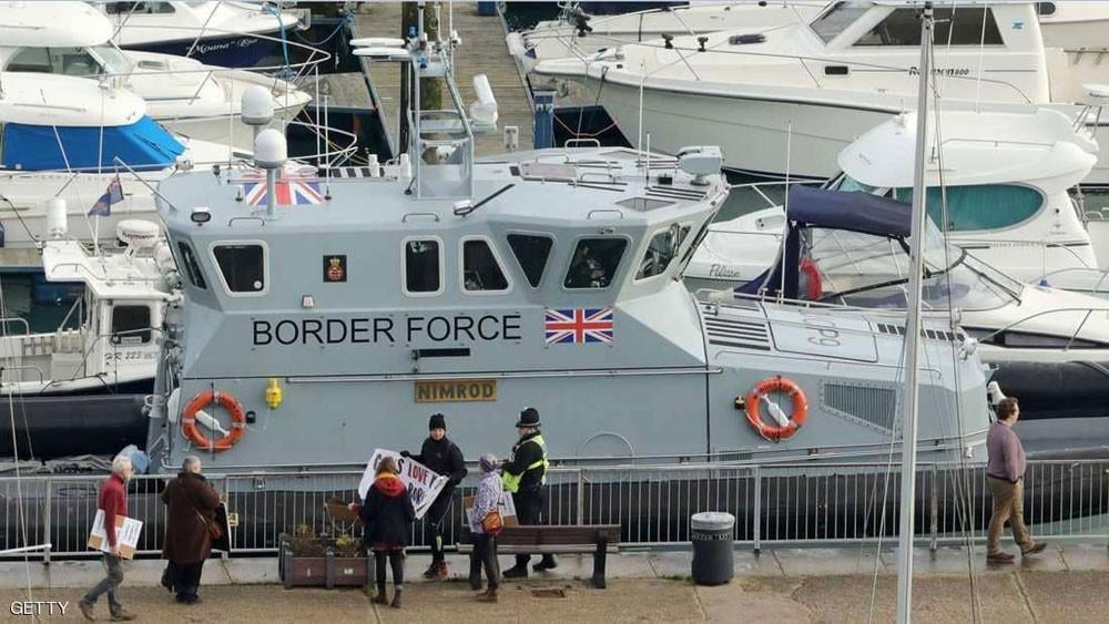 لمنع المهاجرين.. بريطانيا تعزز دورياتها في بحر المانش
