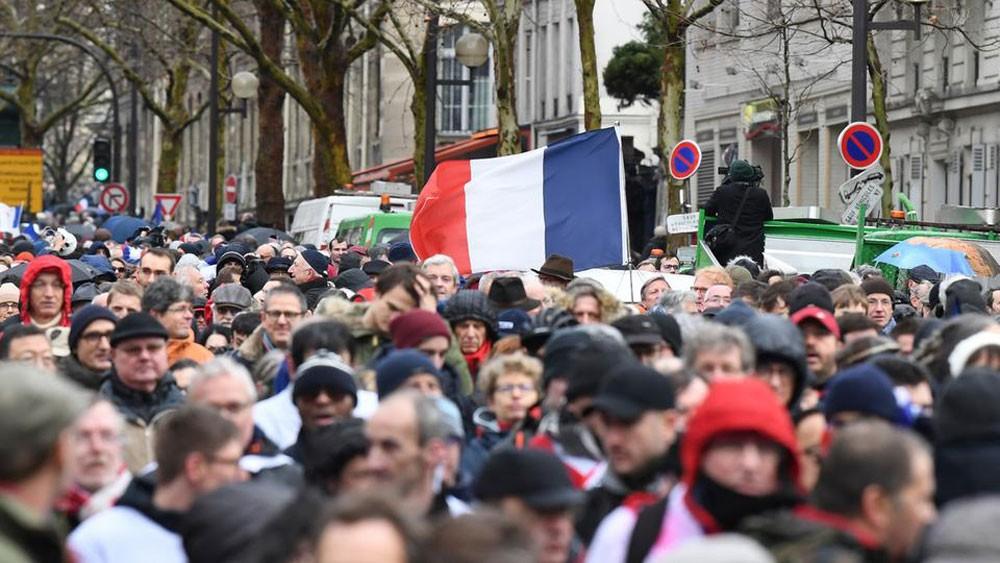 الآلاف في مسيرة مناهضة للسترات الصفر بباريس