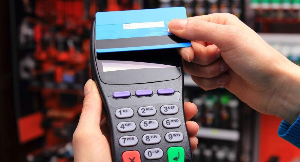 ما وراء ظاهرة وضع البعض بطاقاتهم البنكية في أكياس