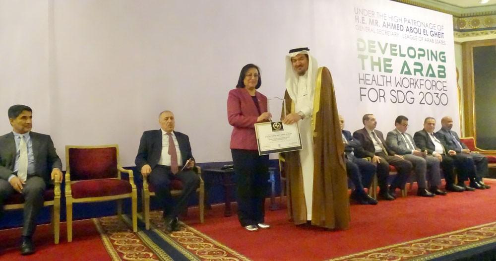 اتحاد المستشفيات العربية يمنح وزيرة الصحة جائزة المرأة القيادية في القطاع الصحي