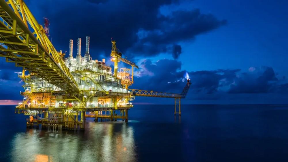 النفط يصعد بدعم من تخفيضات معروض أوبك