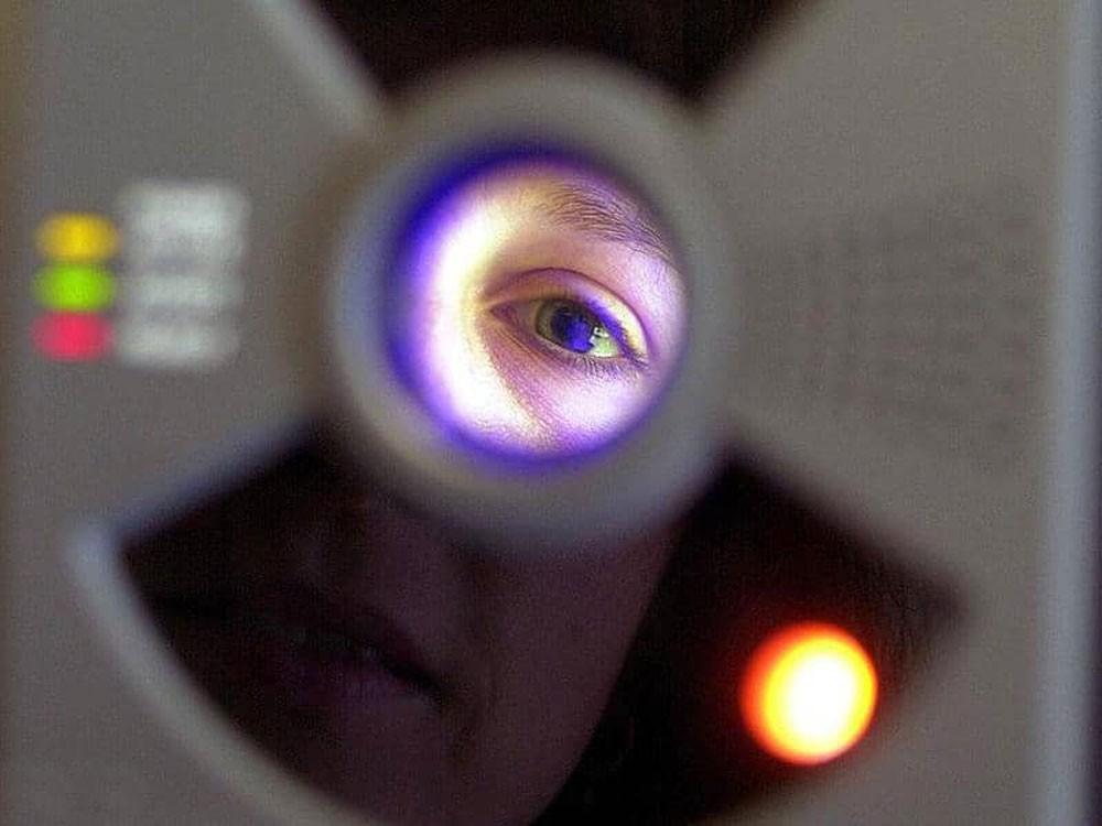 فحص للعين يكشف مرض الزهايمر