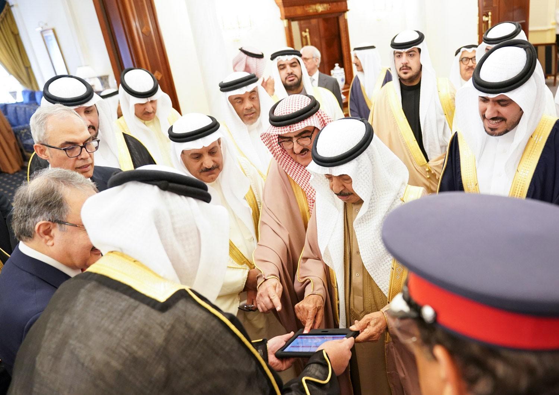سمو رئيس الوزراء يدشن أول شبكة دفع بنظام البصمة في المنطقة