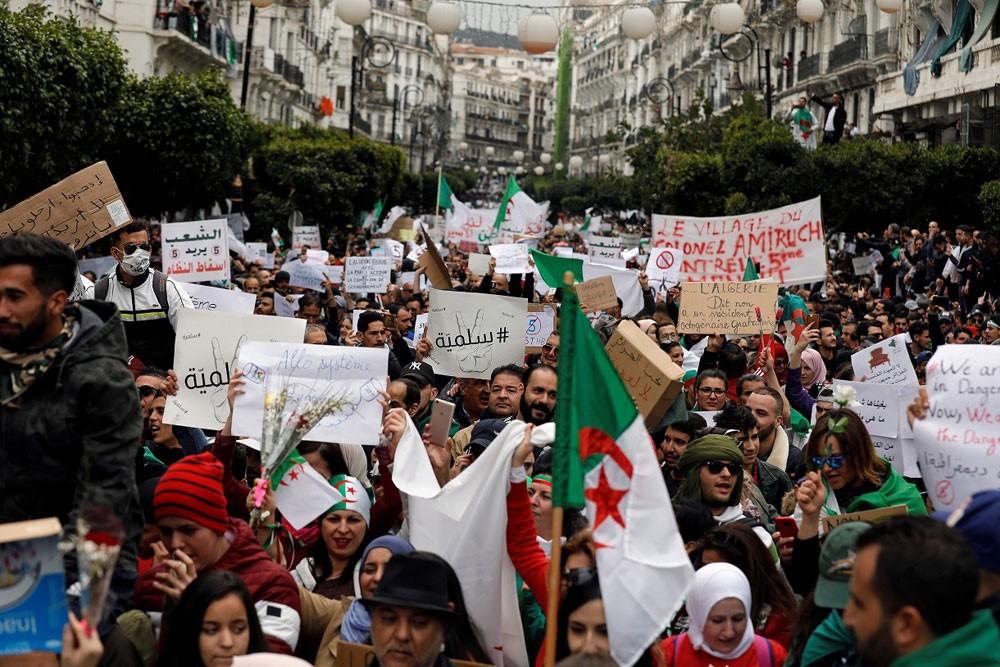 """الجزائر.. احتجاجات حاشدة تطالب بـ""""التغيير الفوري"""""""