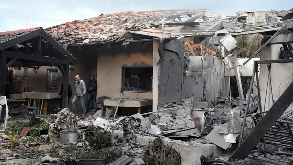إصابات بسقوط صاروخ شمال تل أبيب