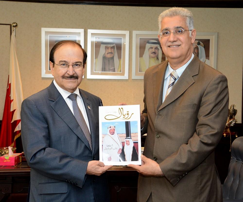 ميرزا يتسلم نسخة من اصدار (رويال) للكاتب حافظ عبدالغفار