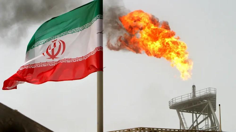 صحيفة: عقوبات أميركية تهدد مستوردي النفط الإيراني