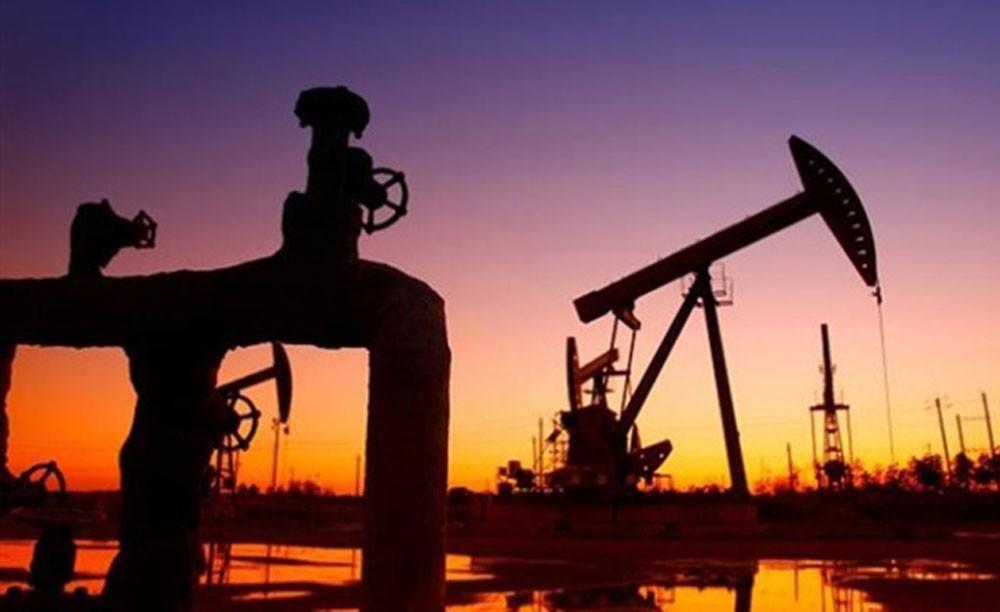 النفط يتراجع في ظل وفرة الامدادات ورغم العقوبات على إيران