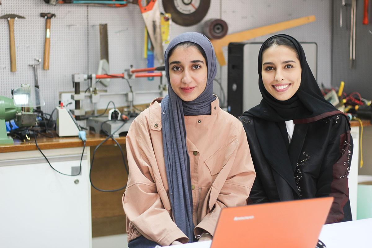 طالبتان بجامعة البحرين تخترعان قفازاً للصم والبكم