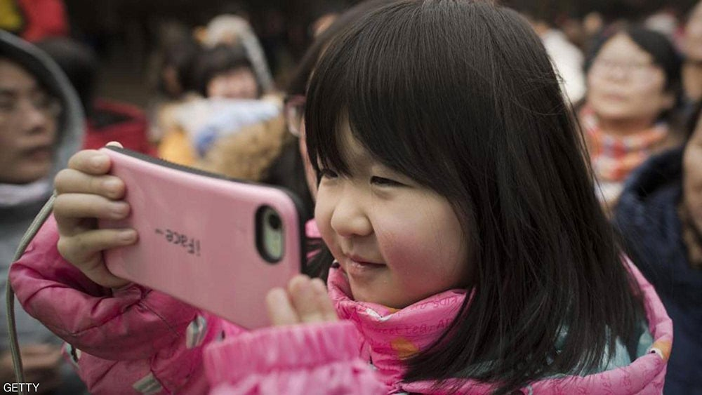 كل يوم لمدة عام.. هاتف ذكي يسبب كارثة لطفلة