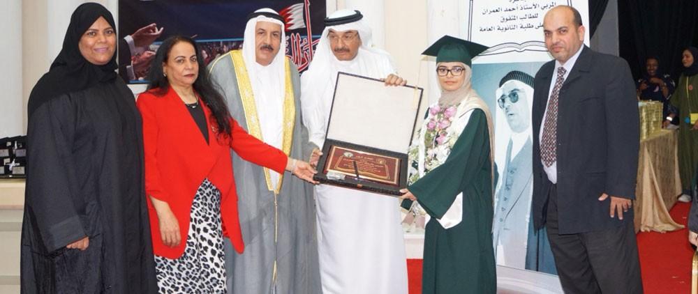زهراء عمار تفوز بجائزة أحمد العمران للطالب المتفوق