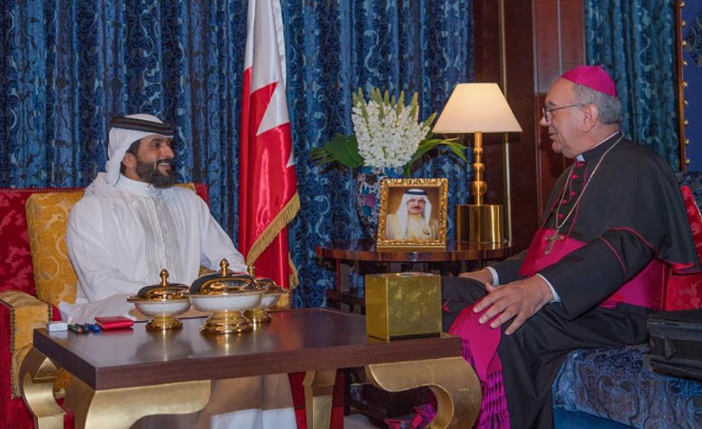 ناصر بن حمد يشيد بجهود النائب الرسولي لشمال شبه الجزيرة العربية في تعزيز التعايش السلمي