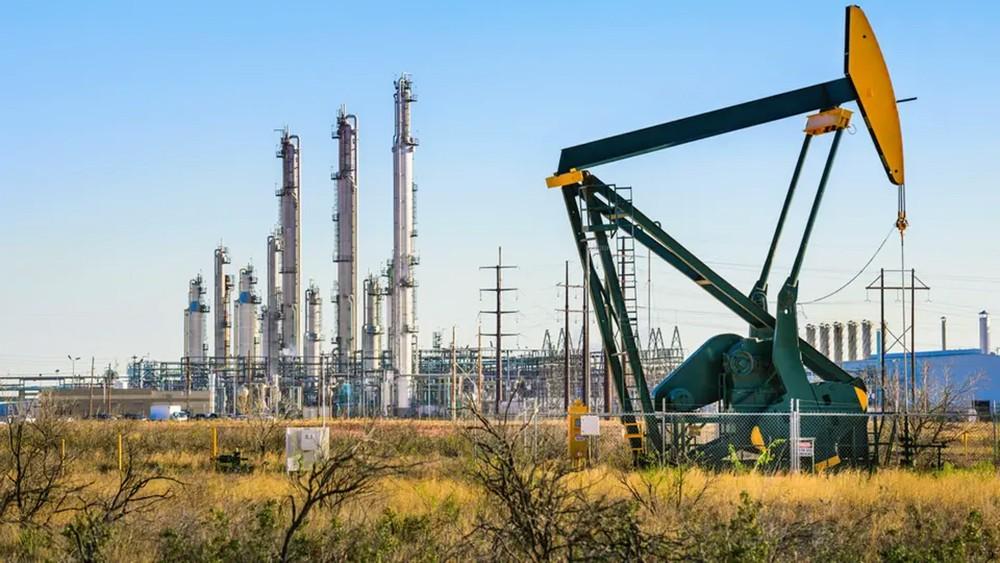النفط يقفز 4% بدعم من توقعات خفض الإنتاج