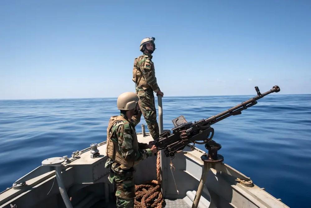 خفر السواحل الليبي يعترض قارباً يحمل 57 مهاجراً