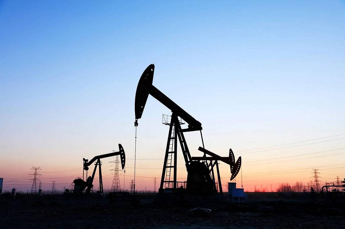 النفط يغلق منخفضا