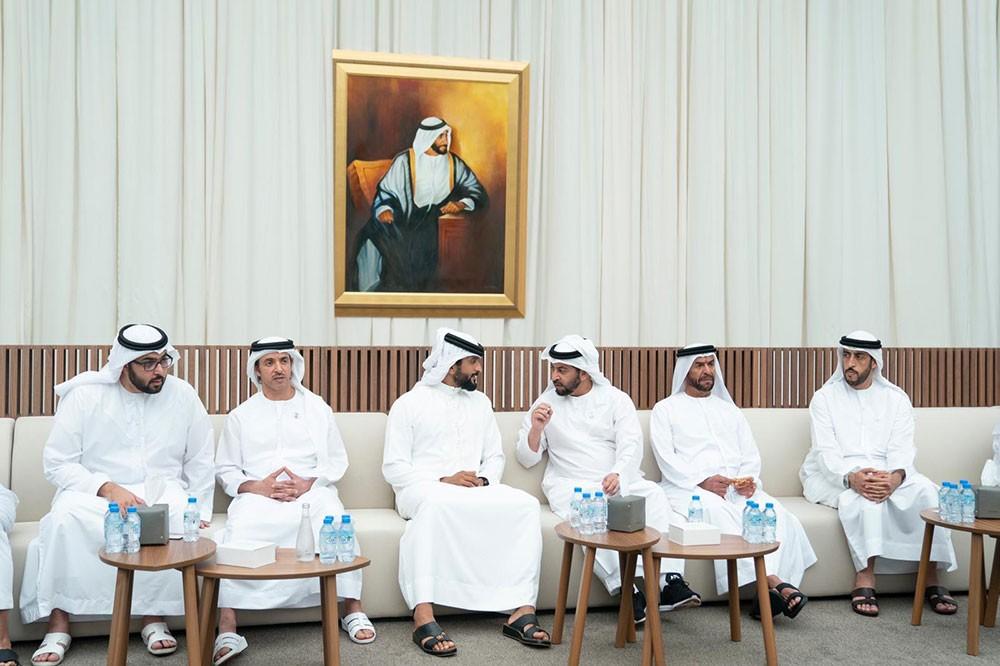 ناصر بن حمد ينقل تعازي جلالة الملك ورئيس الوزراء وولي العهد إلى محمد بن زايد