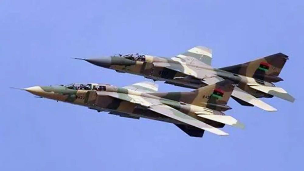 ليبيا.. الجيش يهاجم معسكرات الميليشيات والوفاق مرتبكة